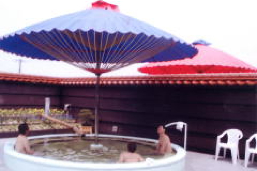 朽網(くさみ)温泉露天風呂に5mの大傘を製作しました。
