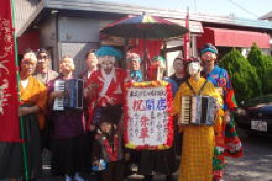 楽市楽座秋祭りで、「仮装ちんどんパレード」で祭りを盛り上げました。