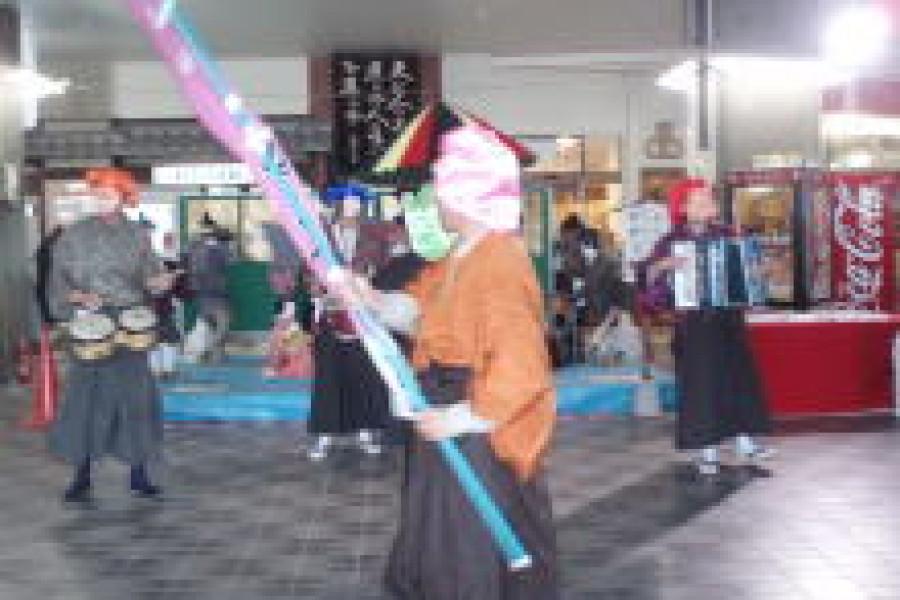 「城下町中津ひな祭り」で、仮装ちんどんパレード隊が祭りを盛り上げました。